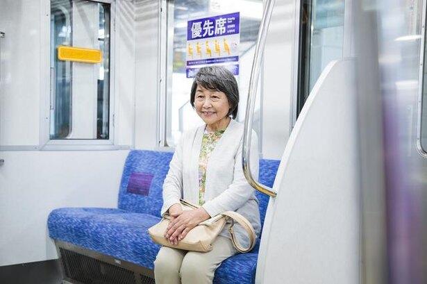 シルバーシートに座る女性