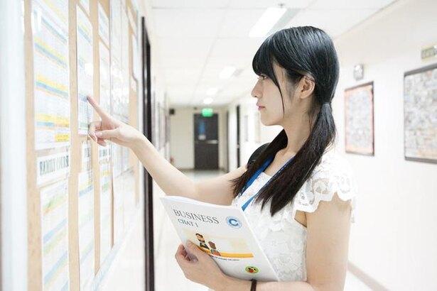 授業スケジュールは廊下に貼り出されています