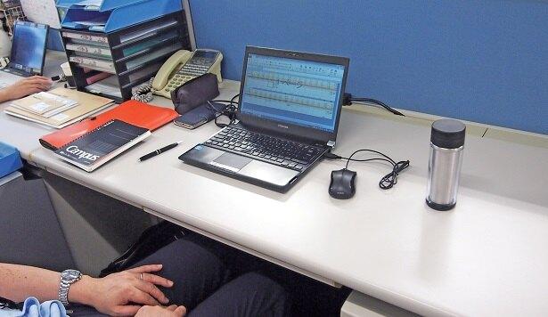 業務中のデスクはスッキリ。置きっぱなしの書類はナシ。部下からの報告資料なども、基本、自分では持たない。