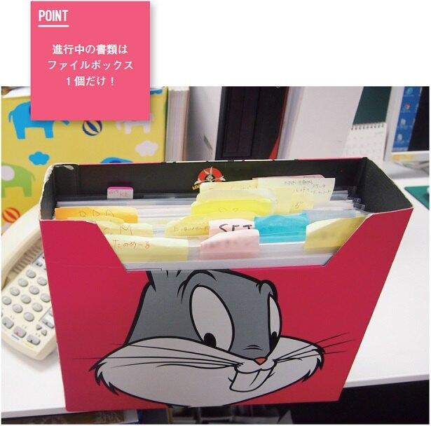 進行中の案件を入れるファイルボックスは1個と決める。保管できる書類の量を一定に保つ必要があるので、使っていない書類は必然的にデータ化、もしくは処分する。